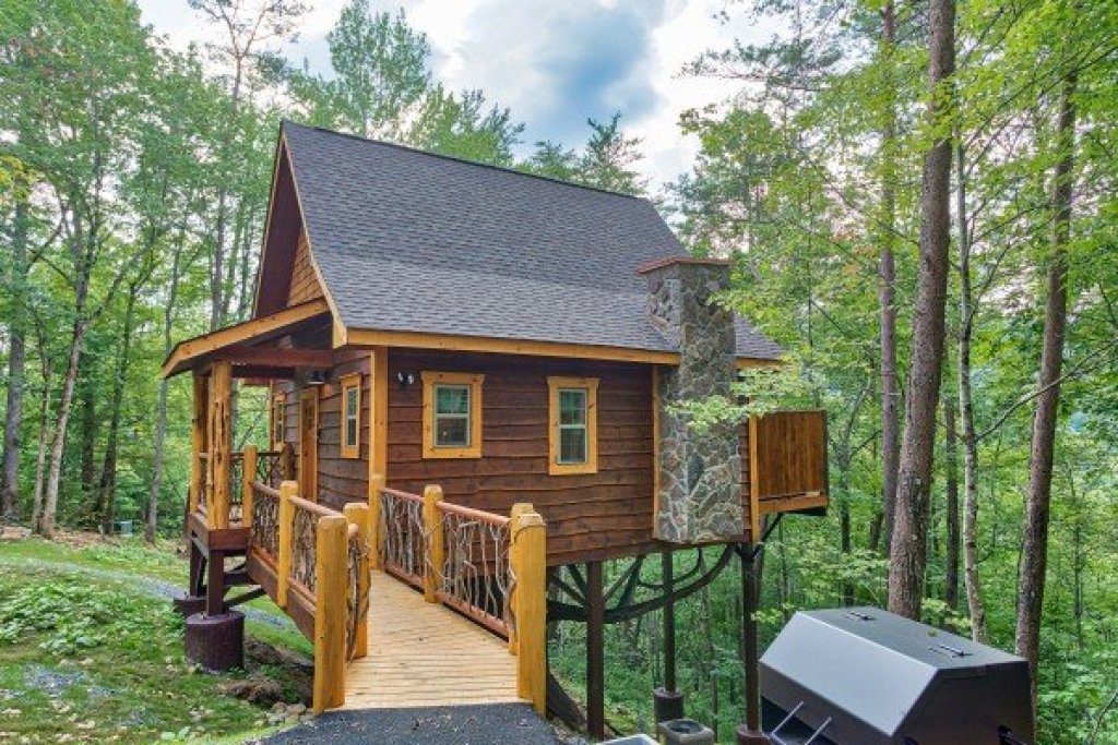 Photo of a Pigeon Forge Cabin named Smoky Mountain Treehouse - This is the nineteenth photo in the set.