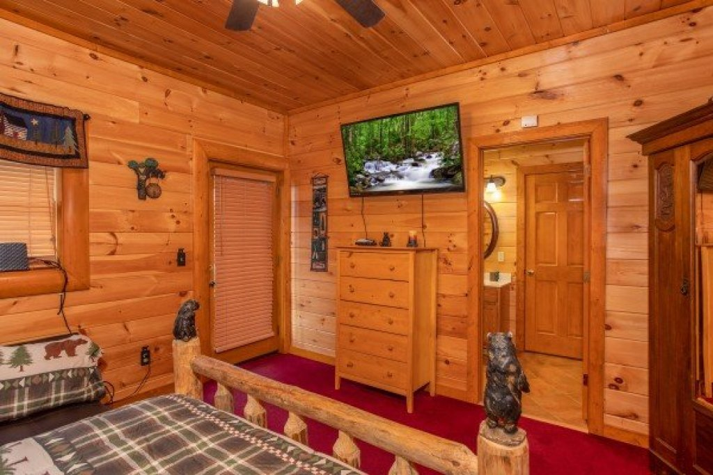 Photo of a Sevierville Cabin named Pool'n Around In The Smokies - This is the twenty-eighth photo in the set.