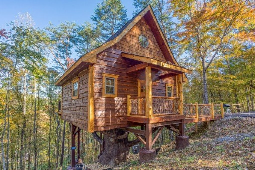 Photo of a Pigeon Forge Cabin named Smoky Mountain Treehouse - This is the first photo in the set.