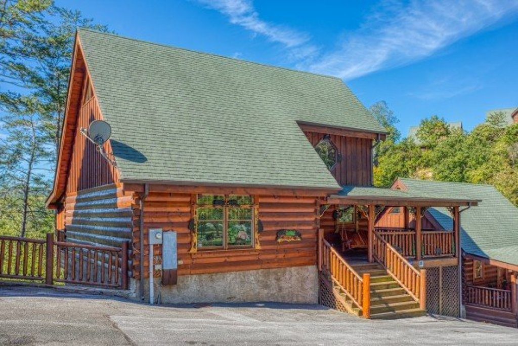 Photo of a Sevierville Cabin named Bear's Eye View - This is the first photo in the set.