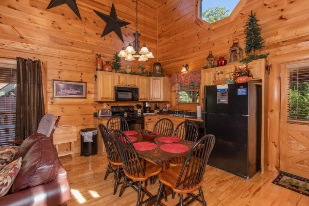 Photo of a Sevierville Cabin named Bear's Eye View - This is the fifth photo in the set.