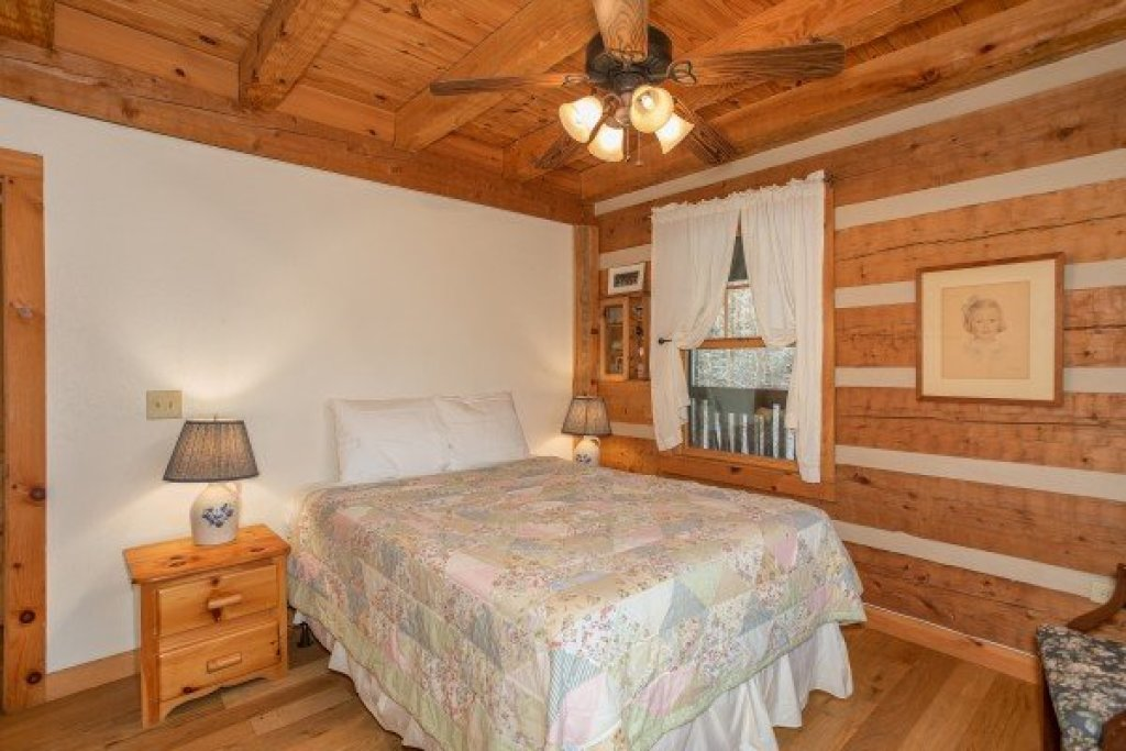 Photo of a Gatlinburg Cabin named Sassafras Lodge - This is the tenth photo in the set.