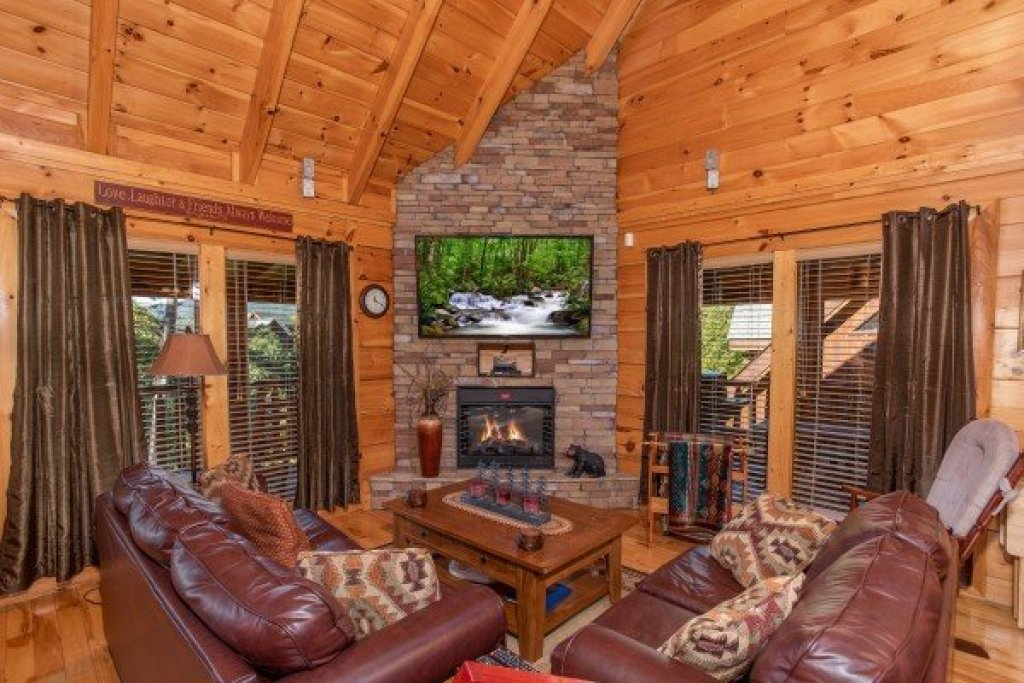 Photo of a Sevierville Cabin named Bear's Eye View - This is the third photo in the set.