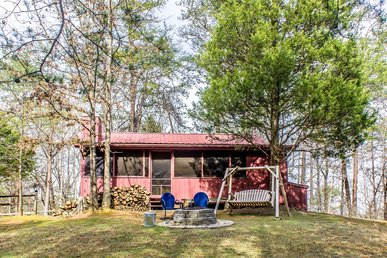 Charming cabin with screened in porch, located in close proximity to Pigeon Forge.