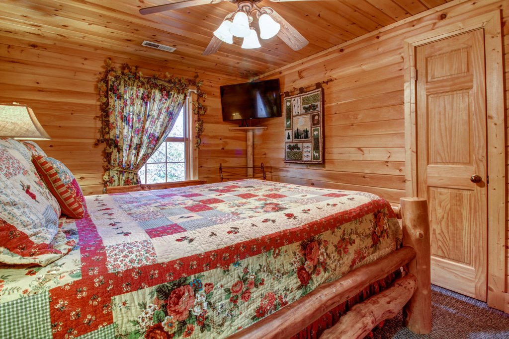 Photo of a Sevierville Cabin named Mystic Falls Lodge Cabin - This is the forty-first photo in the set.