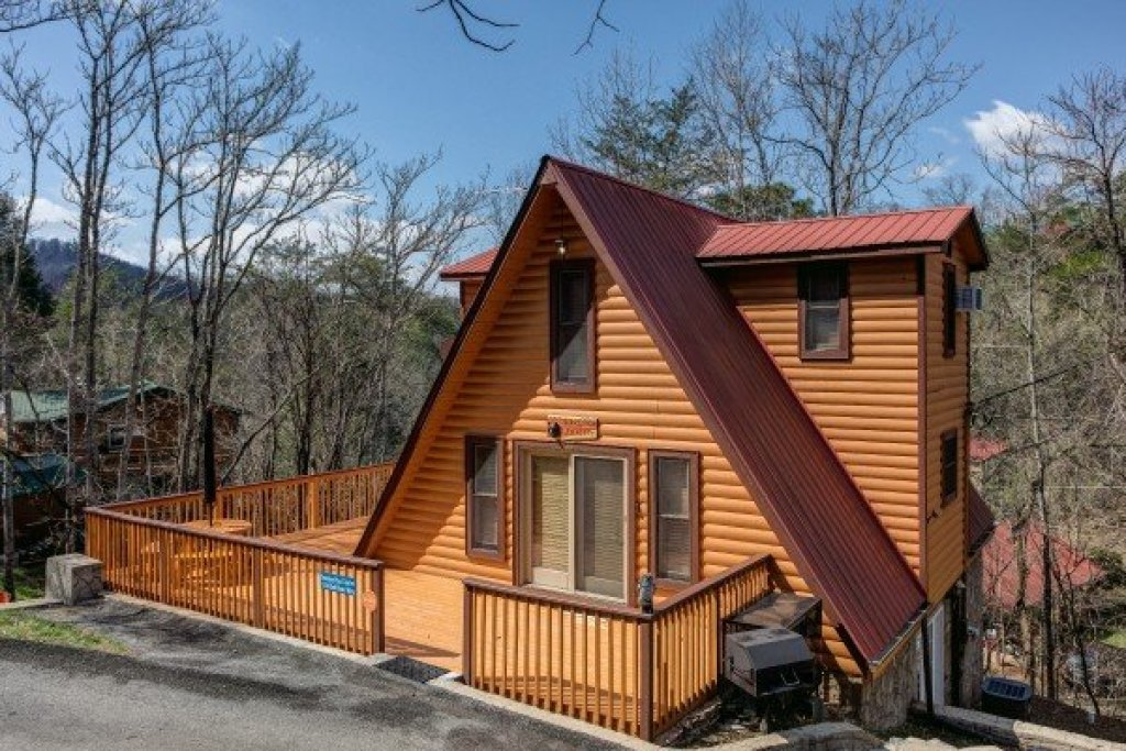 Photo of a Pigeon Forge Cabin named Smokey Max Chalet - This is the second photo in the set.