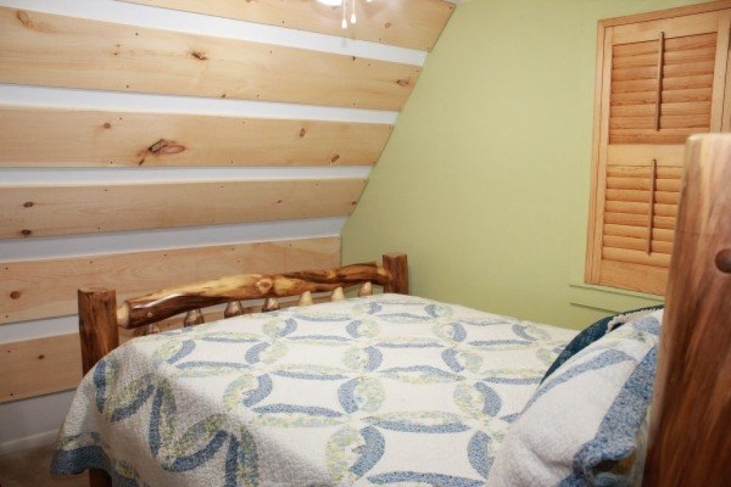 Photo of a Pigeon Forge Cabin named Smokey Max Chalet - This is the twentieth photo in the set.