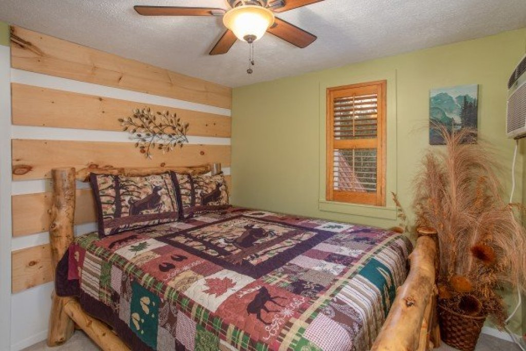 Photo of a Pigeon Forge Cabin named Smokey Max Chalet - This is the twenty-fifth photo in the set.