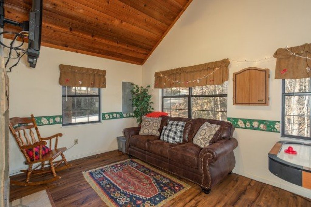 Photo of a Sevierville Cabin named Hillside Hideaway - This is the eighth photo in the set.