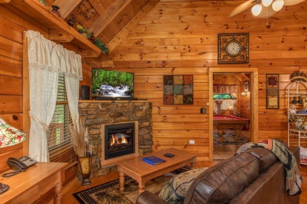 Photo of a Pigeon Forge Cabin named Mountain Breeze - This is the fourth photo in the set.