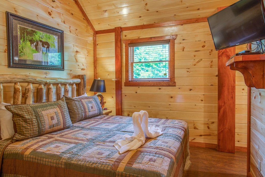 Photo of a Pigeon Forge Cabin named Sherwood Splash Lodge - This is the twenty-fourth photo in the set.