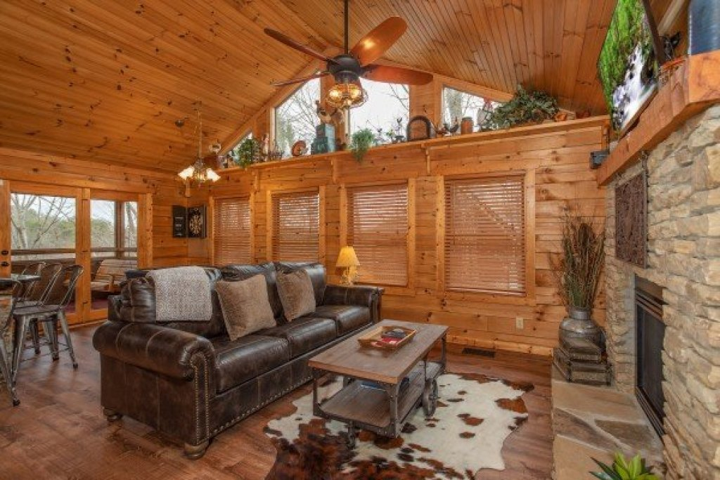 Photo of a Sevierville Cabin named Fowl Play - This is the fifth photo in the set.