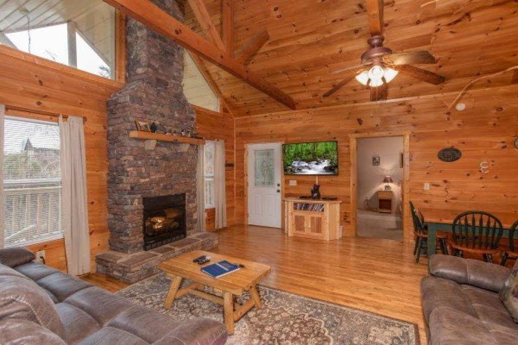 Photo of a Sevierville Cabin named Bearly In The Mountains - This is the second photo in the set.