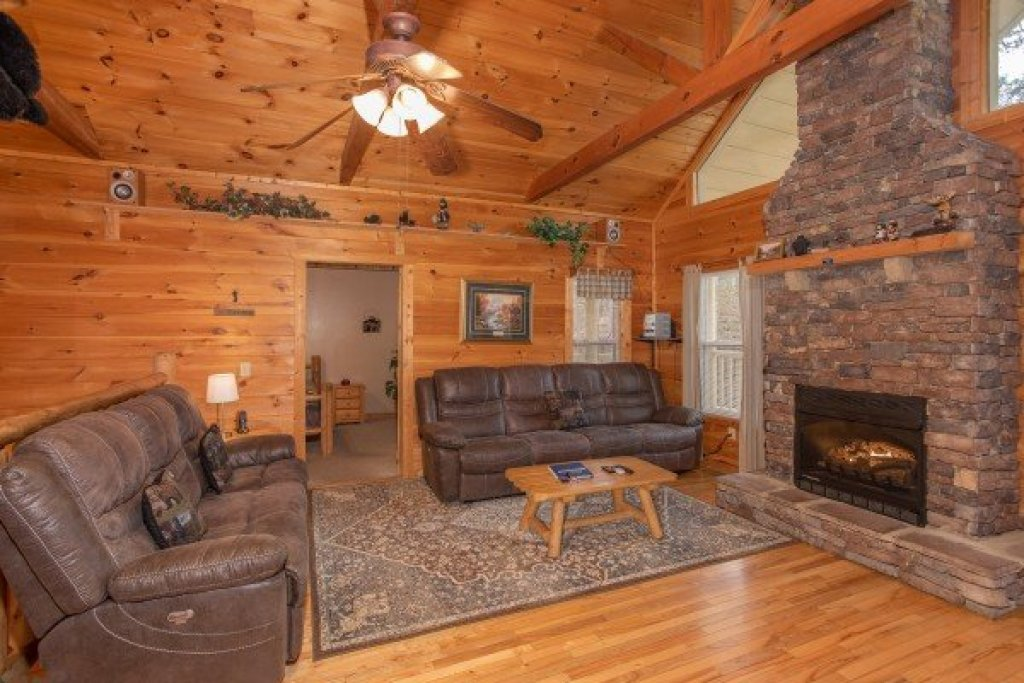 Photo of a Sevierville Cabin named Bearly In The Mountains - This is the third photo in the set.