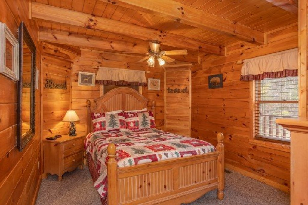 Photo of a Pigeon Forge Cabin named Hibernation Station - This is the twelfth photo in the set.
