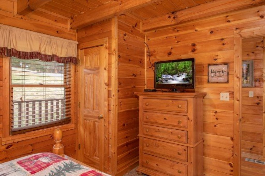 Photo of a Pigeon Forge Cabin named Hibernation Station - This is the thirteenth photo in the set.