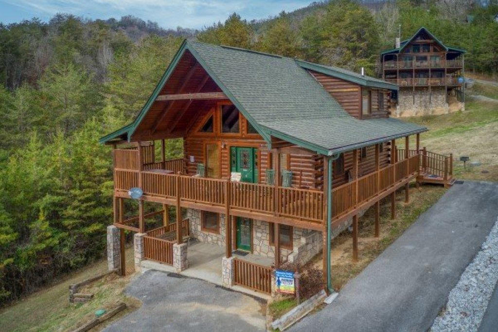 Photo of a Pigeon Forge Cabin named Hibernation Station - This is the first photo in the set.