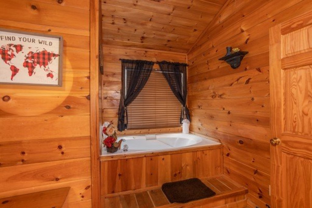 Photo of a Pigeon Forge Cabin named Hibernation Station - This is the twenty-sixth photo in the set.