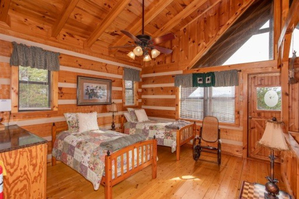 Photo of a Sevierville Cabin named Oh The View - This is the twenty-second photo in the set.