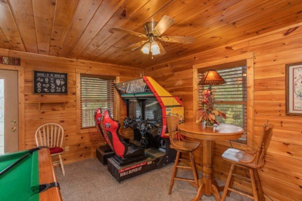 Photo of a Pigeon Forge Cabin named Hibernation Station - This is the sixteenth photo in the set.