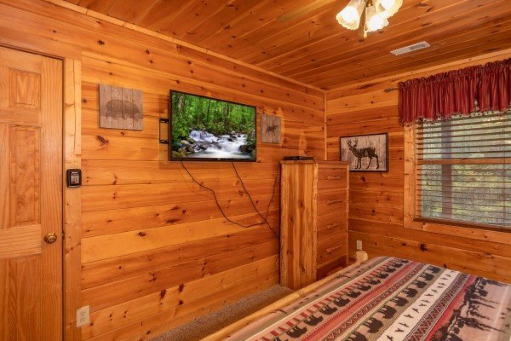 Photo of a Pigeon Forge Cabin named Hibernation Station - This is the twentieth photo in the set.