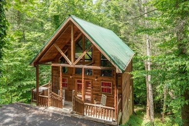 A 2 Bedroom, 3 Bath, Quaint Deluxe Cabin For Six With Air Hockey & A Hot Tub.