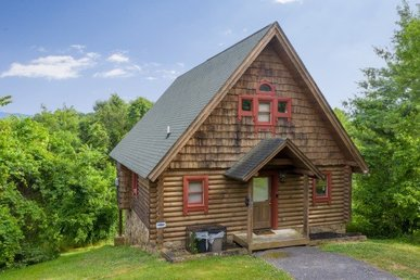 A 1 Bedroom, 1.5 Bath Deluxe Cabin For 4 With A Pool Table & Bluff Mountain View