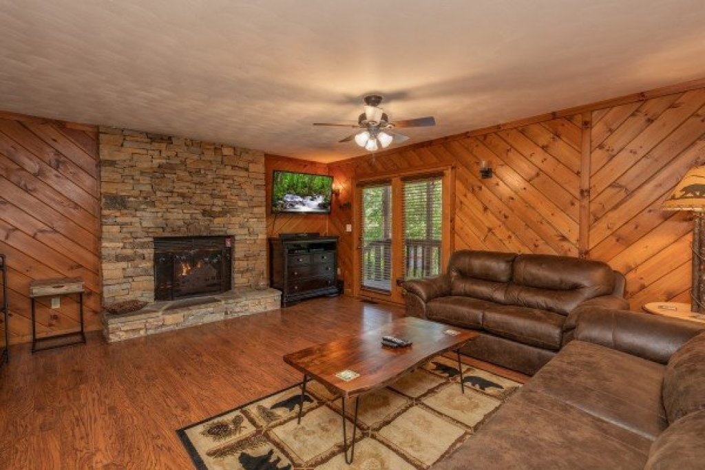 Photo of a Pigeon Forge Cabin named Bear Necessities - This is the second photo in the set.