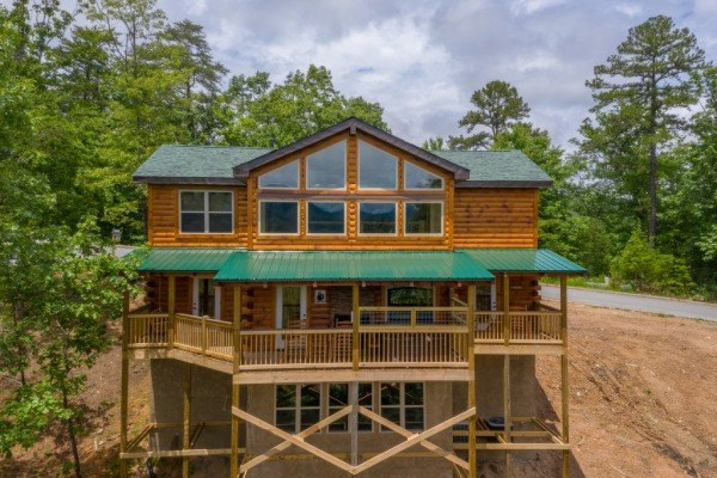 Photo of a Sevierville Cabin named Sawmill Springs - This is the third photo in the set.