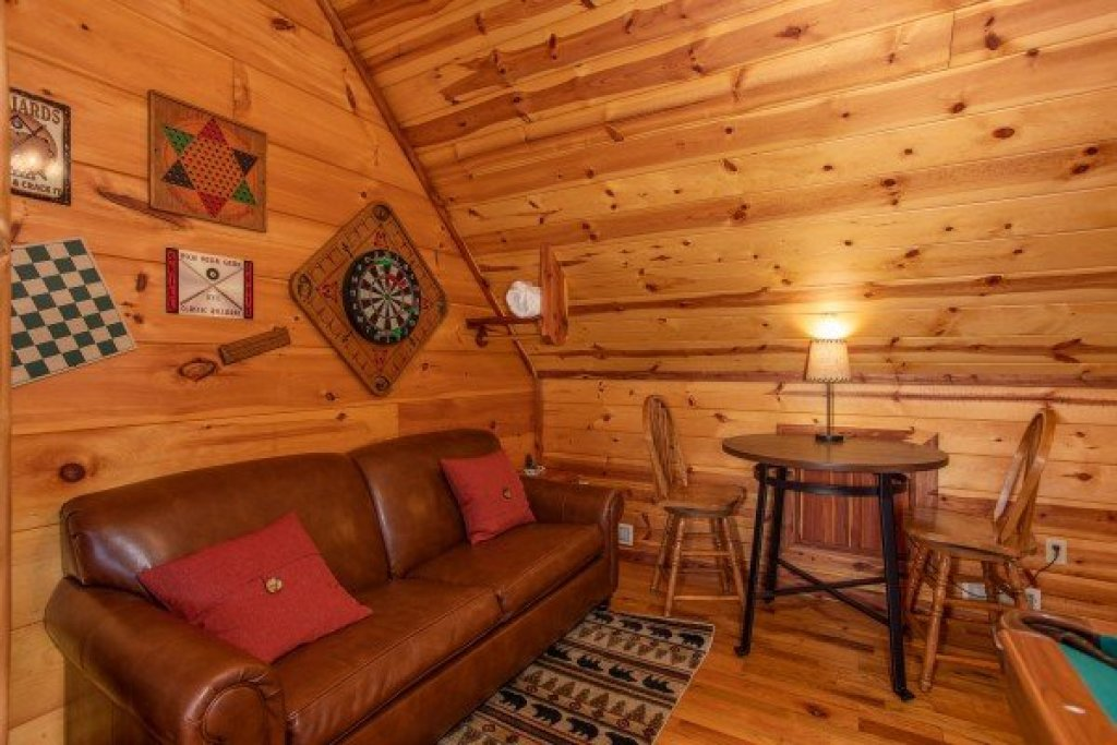 Photo of a Pigeon Forge Cabin named Moonshiner's Ridge - This is the twentieth photo in the set.