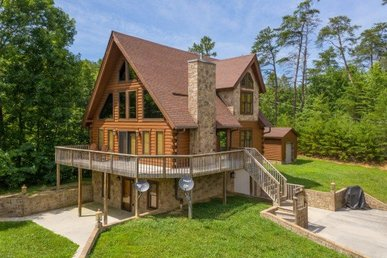 A 3 Bedroom, 3.5 Bath Luxury Cabin For 6 Only 1 Mile From Douglas Lake.