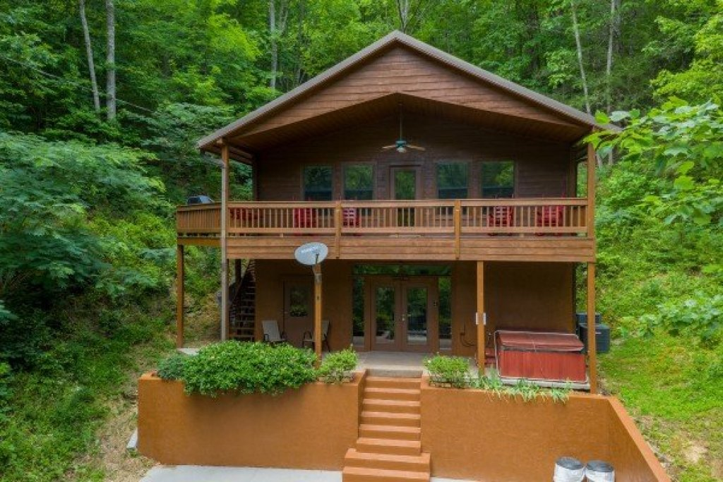 Photo of a Pigeon Forge Cabin named Roaring Bear Lodge - This is the first photo in the set.