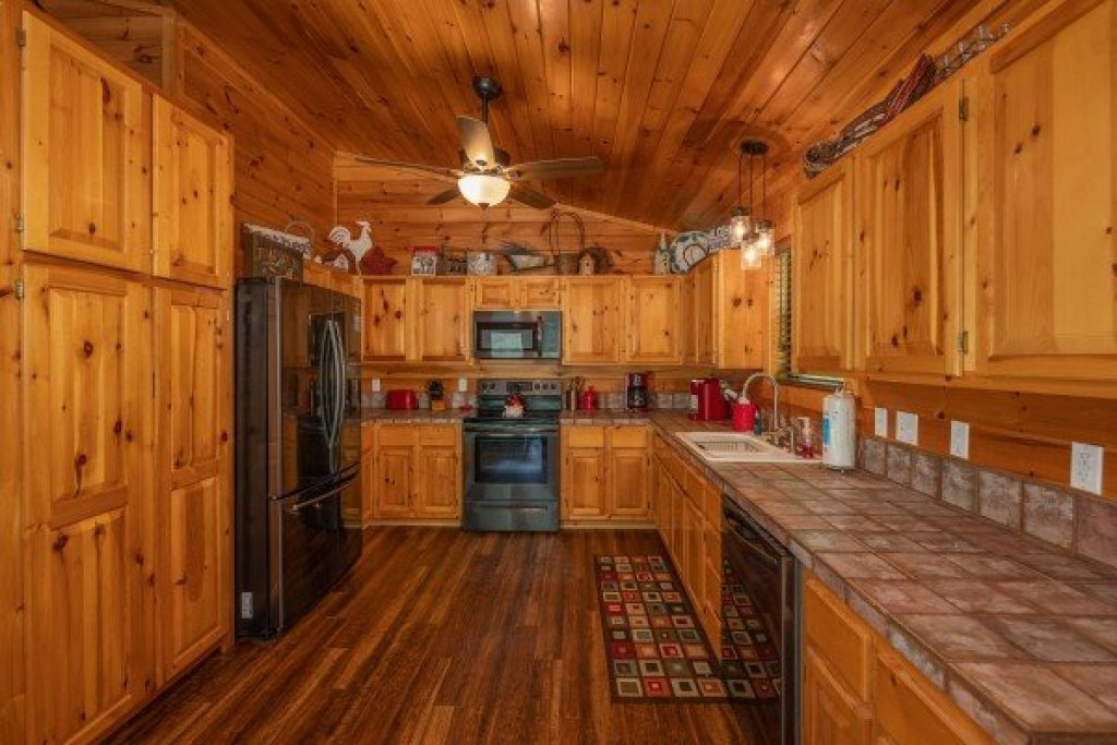 Photo of a Pigeon Forge Cabin named Roaring Bear Lodge - This is the fourth photo in the set.