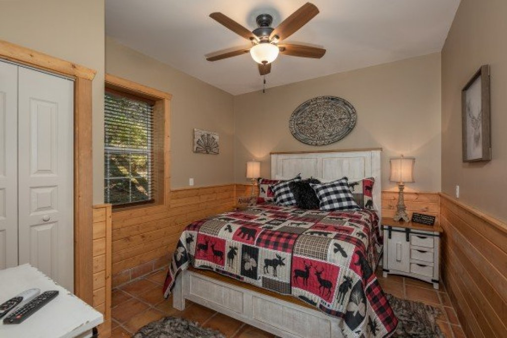 Photo of a Pigeon Forge Cabin named Roaring Bear Lodge - This is the eighteenth photo in the set.