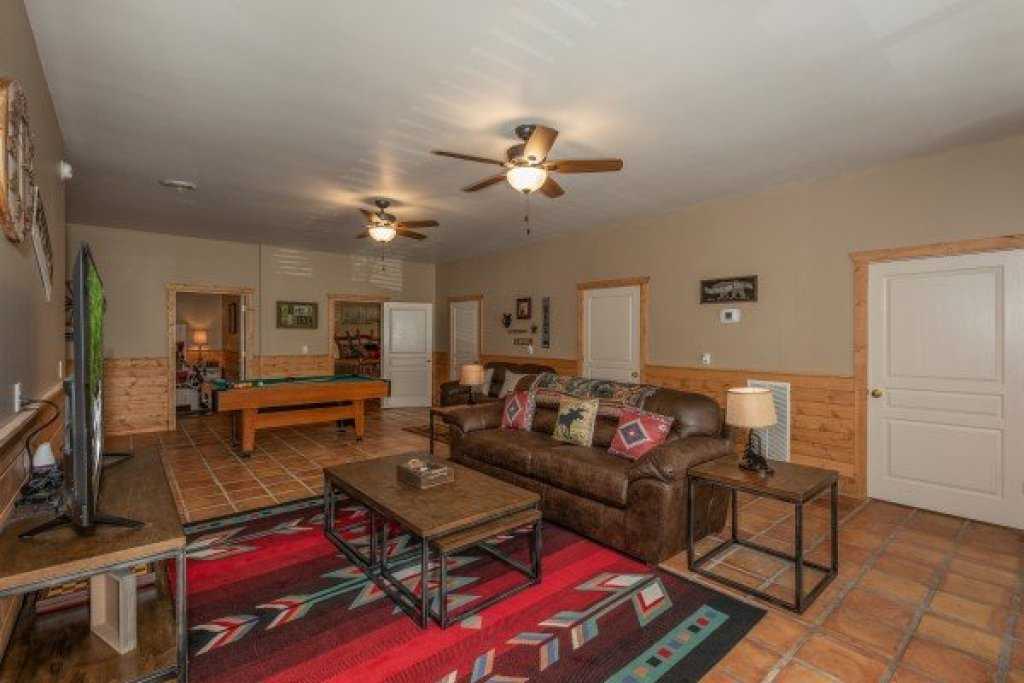 Photo of a Pigeon Forge Cabin named Roaring Bear Lodge - This is the fourteenth photo in the set.