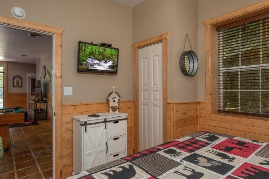 Photo of a Pigeon Forge Cabin named Roaring Bear Lodge - This is the nineteenth photo in the set.