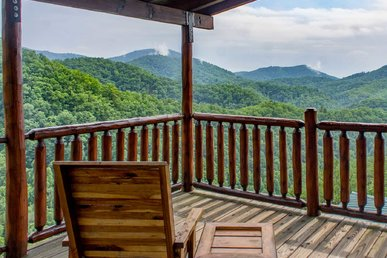 Brother's Cove cabin w/amazing mountain views, expansive deck, pool table, fire-pit, hot tub & WiFi