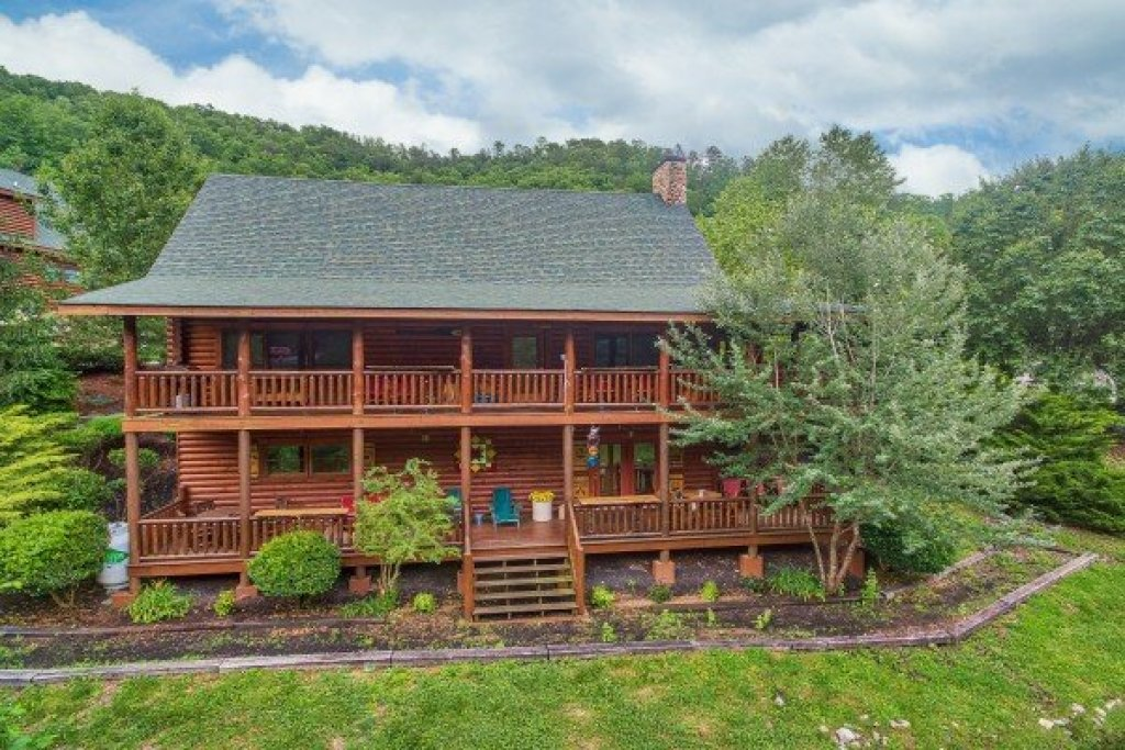 Photo of a Sevierville Cabin named Creekside Lodge - This is the second photo in the set.