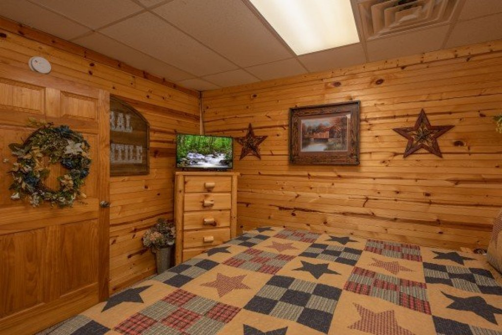 Photo of a Sevierville Cabin named Creekside Lodge - This is the twenty-fifth photo in the set.