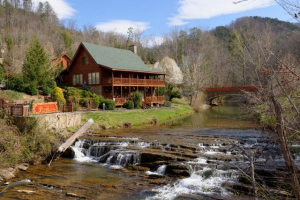 Photo of a Sevierville Cabin named Creekside Lodge - This is the thirty-seventh photo in the set.
