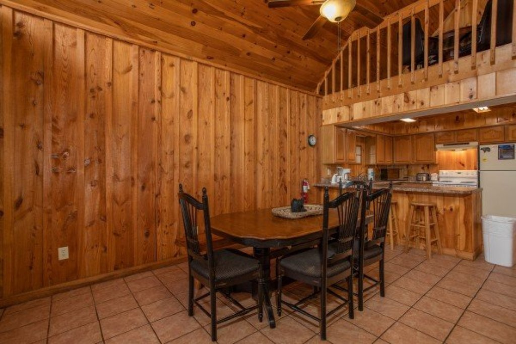 Photo of a Pigeon Forge Cabin named Around The Bend - This is the fourth photo in the set.