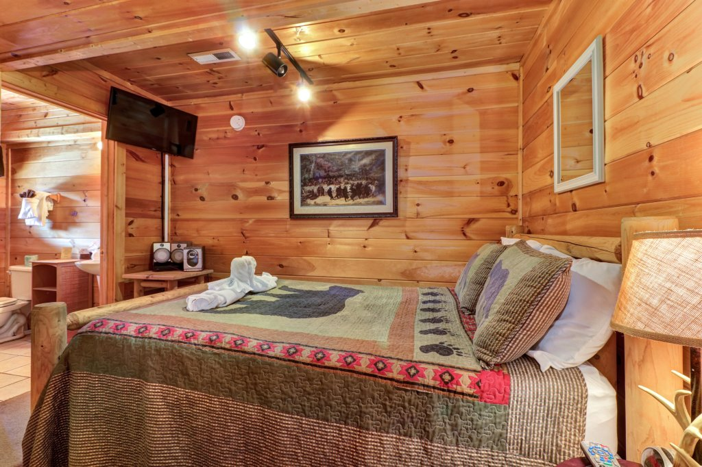 Photo of a Pigeon Forge Cabin named Thunder Bear Hideaway - This is the eighteenth photo in the set.