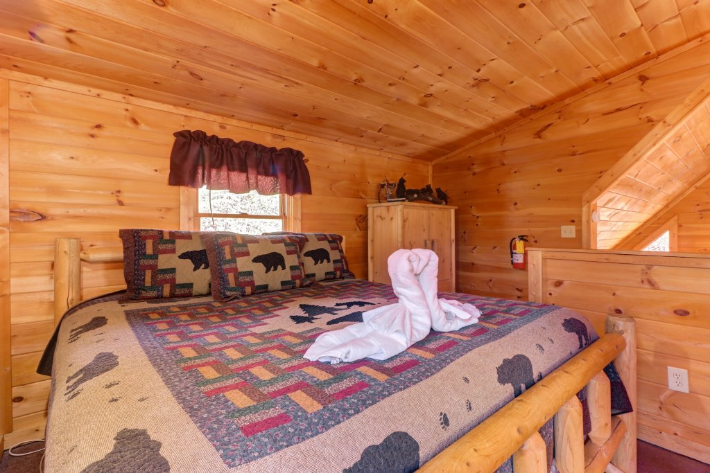 Photo of a Pigeon Forge Cabin named Thunder Bear Hideaway - This is the fifteenth photo in the set.