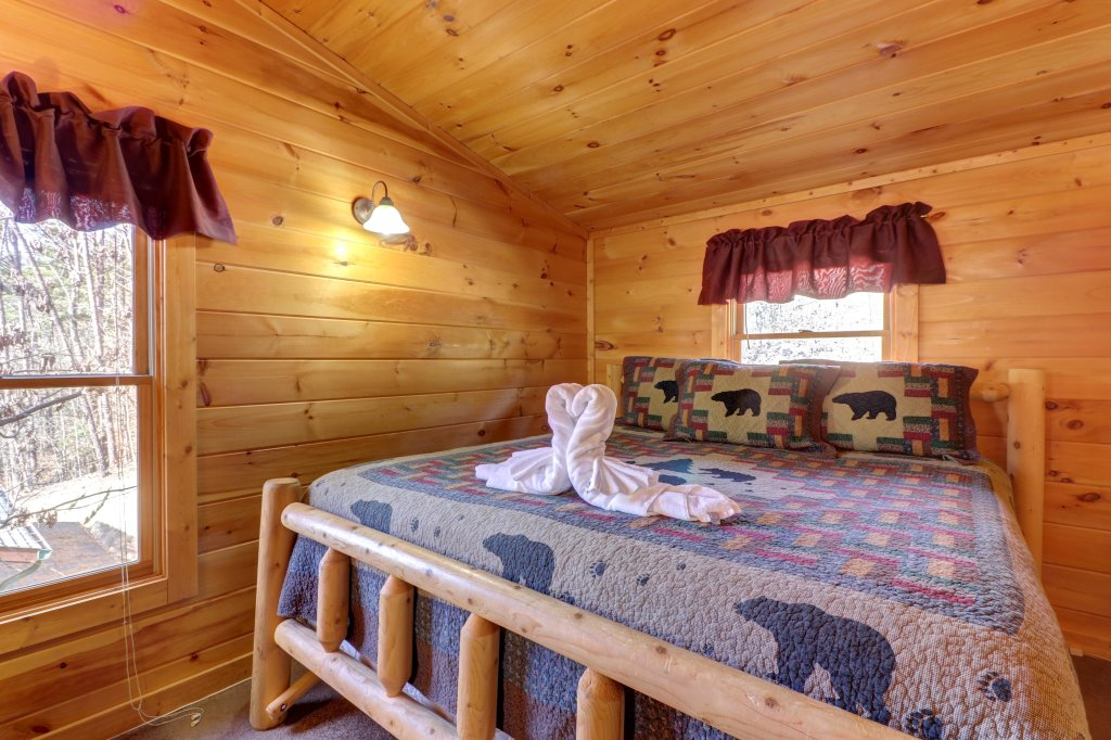 Photo of a Pigeon Forge Cabin named Thunder Bear Hideaway - This is the twenty-eighth photo in the set.