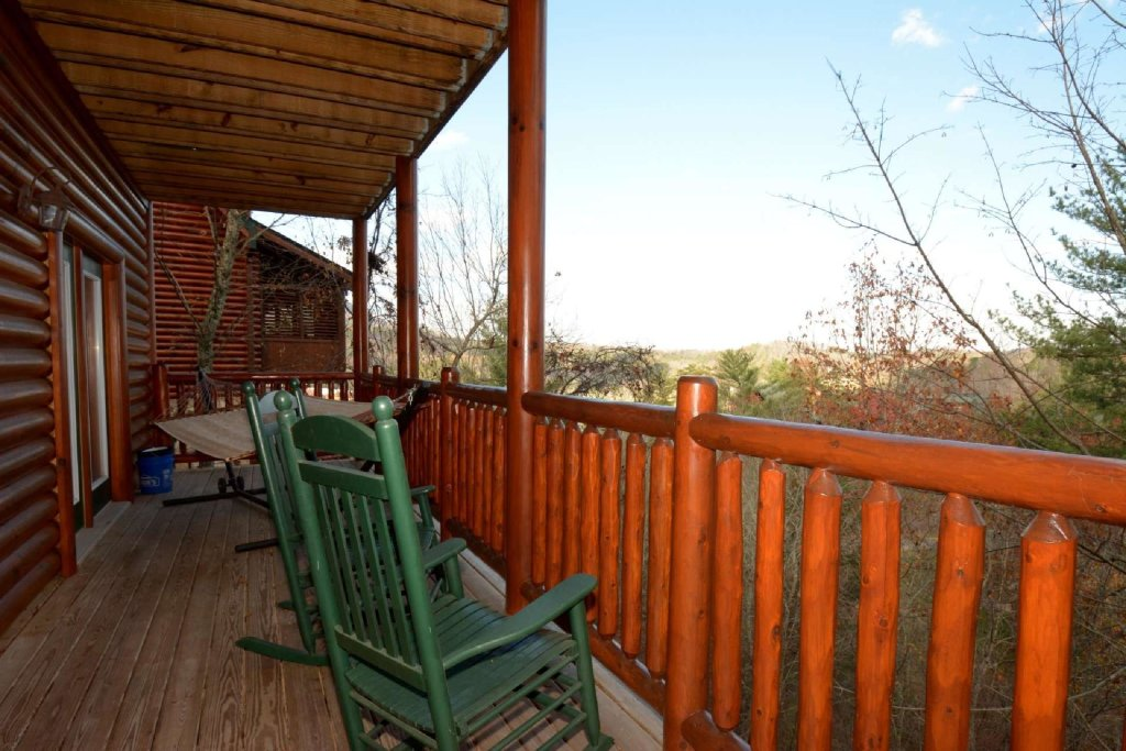 Photo of a Sevierville Cabin named Pine Cone Lodge - This is the second photo in the set.