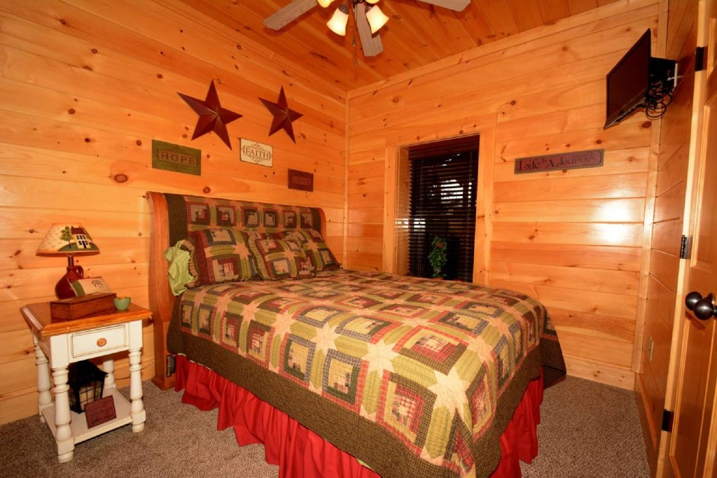 Photo of a Sevierville Cabin named Pine Cone Lodge - This is the eighteenth photo in the set.