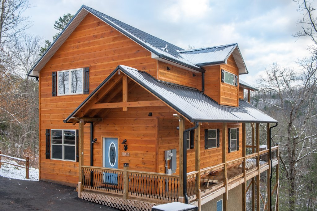 Photo of a Sevierville Cabin named It's Five O'clock Somewhere - This is the first photo in the set.