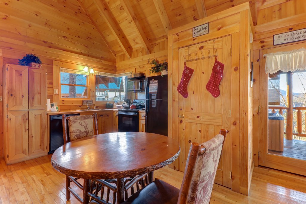 Photo of a Sevierville Cabin named Majestic View #42b - This is the fifth photo in the set.