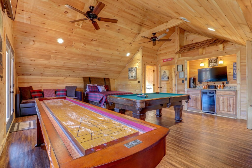 Photo of a Sevierville Cabin named It's Five O'clock Somewhere - This is the fourth photo in the set.