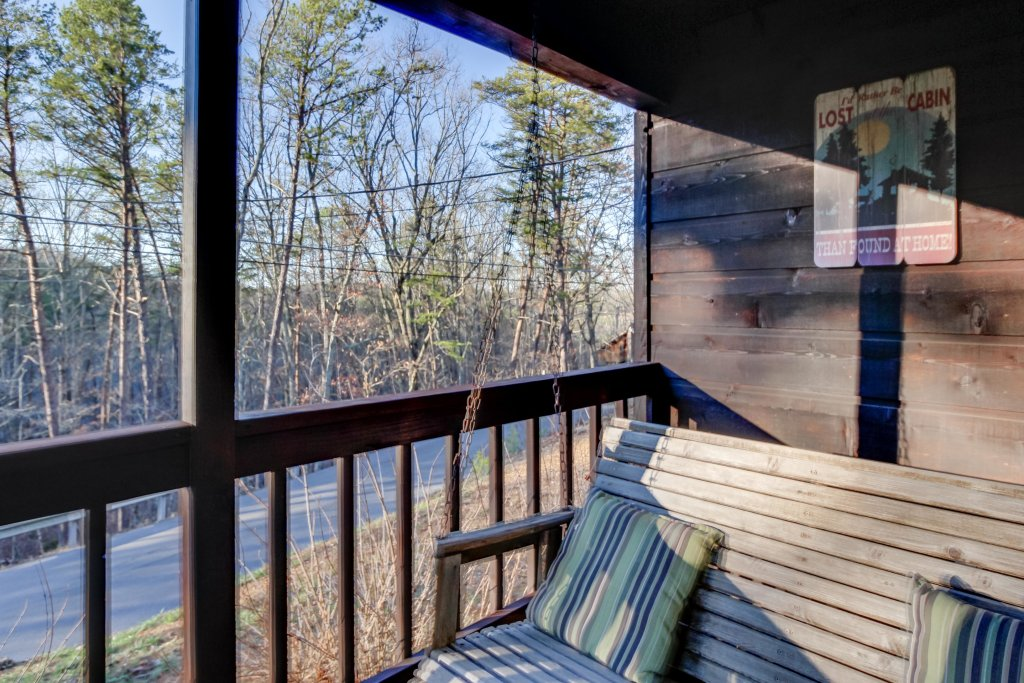 Photo of a Sevierville Cabin named Mountaintop Hideaway Cabin - This is the twenty-second photo in the set.
